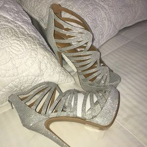 Shoes - Silver sparkly cutout  heels  👠 💎 size 9
